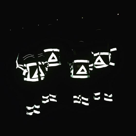 Verkeersmensen in de nacht